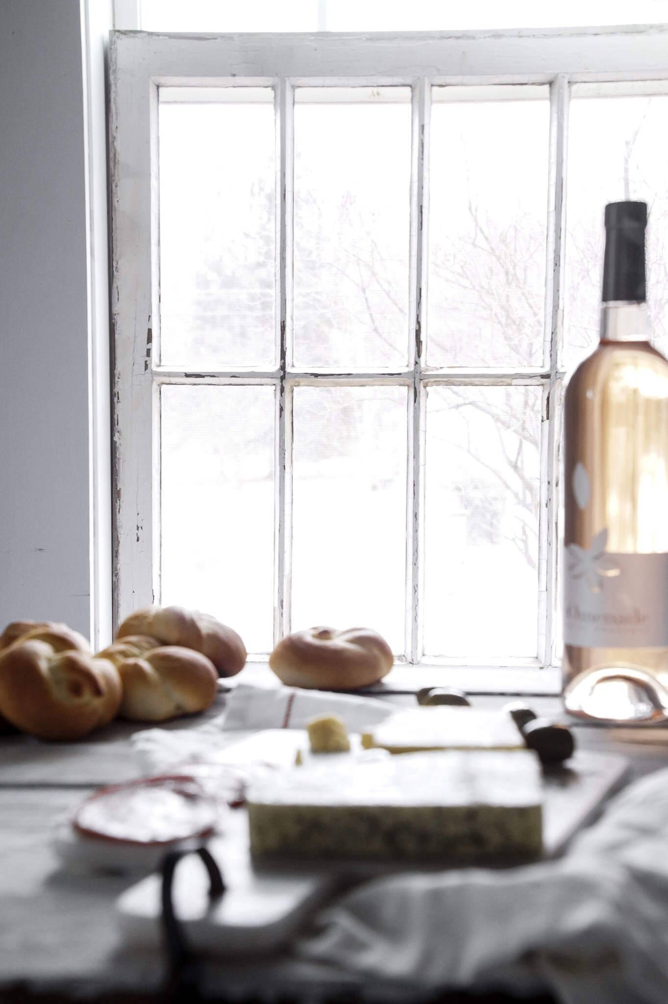 We love to have simple bread and cheese lunches paired with a nice wine. These milk buns hit the spot.